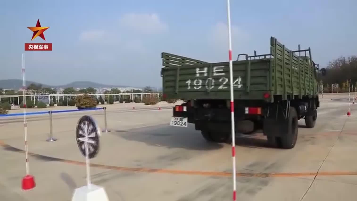 硬核驾驶技术!40秒看兵哥哥玩转方向盘