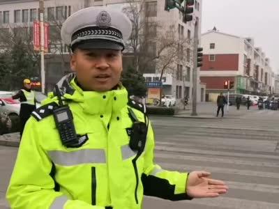 大武口交巡警劝他不到20秒,他撞车赔几千元还被处罚01