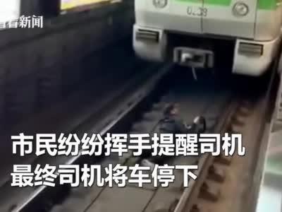 视频|真的醉了?男子酒后进入地铁轨道被行拘10日