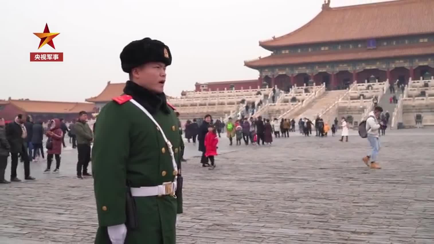 视频-故宫初雪中老兵站完最后一班岗