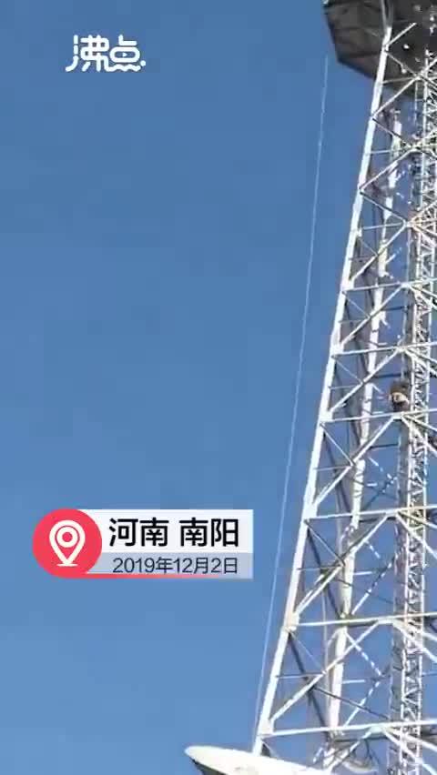 视频:河南邓州电视塔拆除时吊车翻车 有车辆被砸
