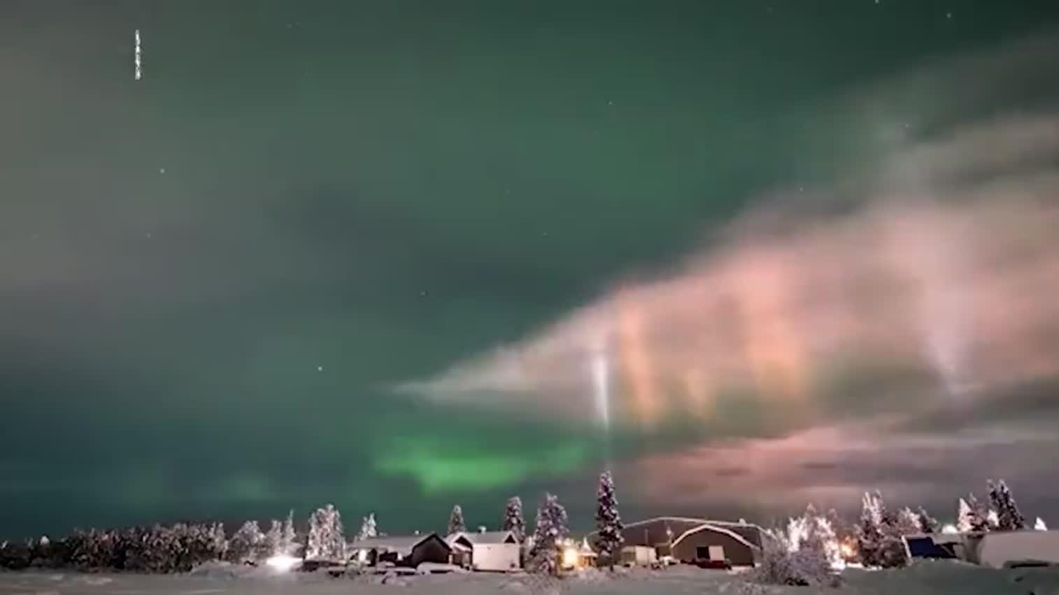 视频-梦幻场景!摄影师瑞典拍到寒夜灯柱