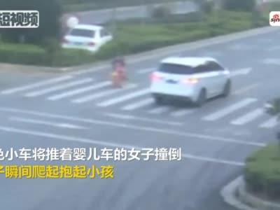 视频-女子推婴儿车过斑马线被撞翻一个动作告诉你什么是妈妈