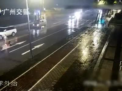 视频-情侣马路中间吵架女友被撞身亡 男友被判刑十个月缓刑一年
