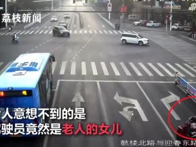 女子驾车顶着老父亲狂开一公里:因家庭纠纷