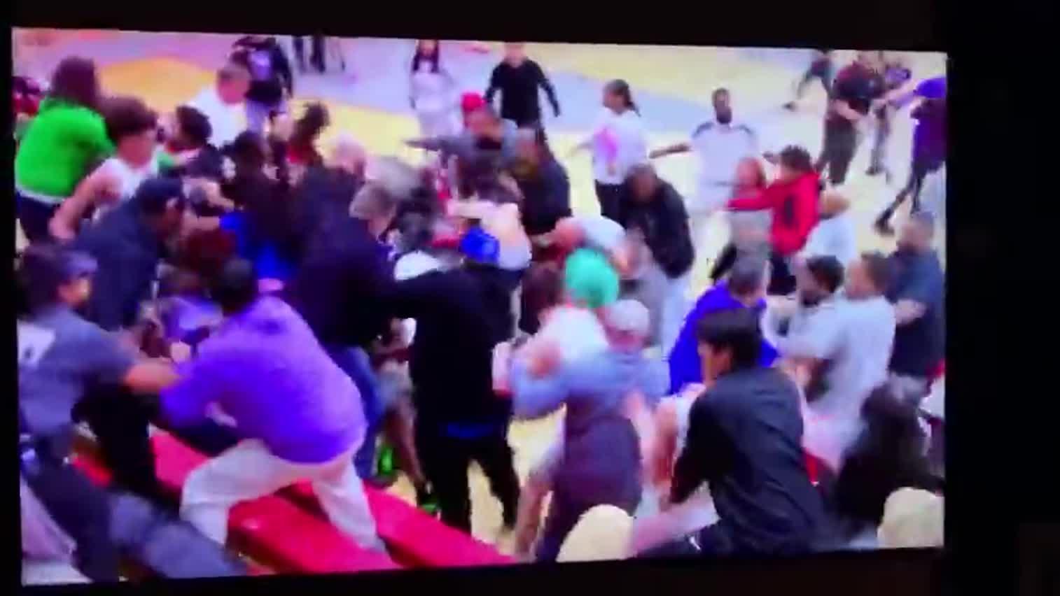 视频-美国高中篮球比赛赛后握手 两人冲突变群殴
