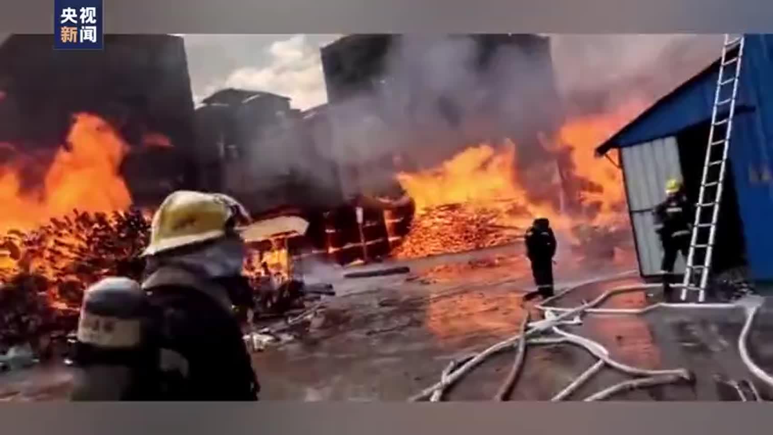 视频-广东清远木材厂起火:火势蔓延至居民楼 现场
