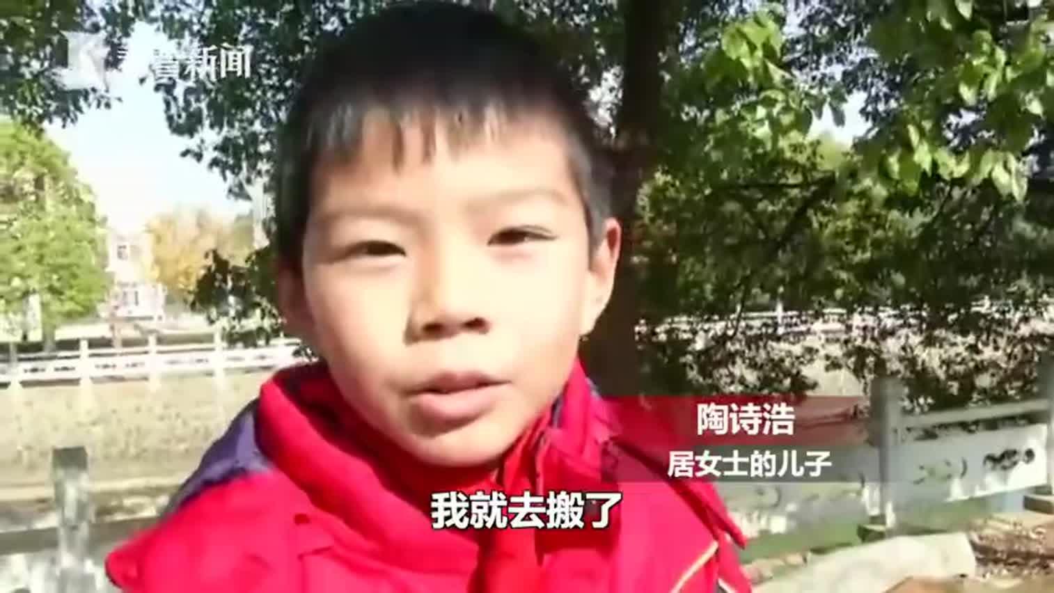 视频-老夫妻驾车坠河救援困难 9岁男孩搬梯子救人