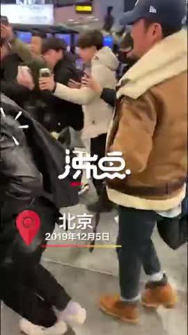 视频-吴京被机场跟拍发飙怒斥:把孩子撞了怎么办?
