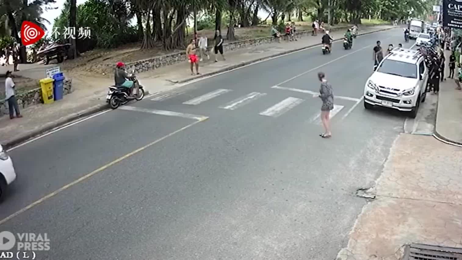 视频-滑稽!美国游客在普吉岛被全餐厅员工追着打