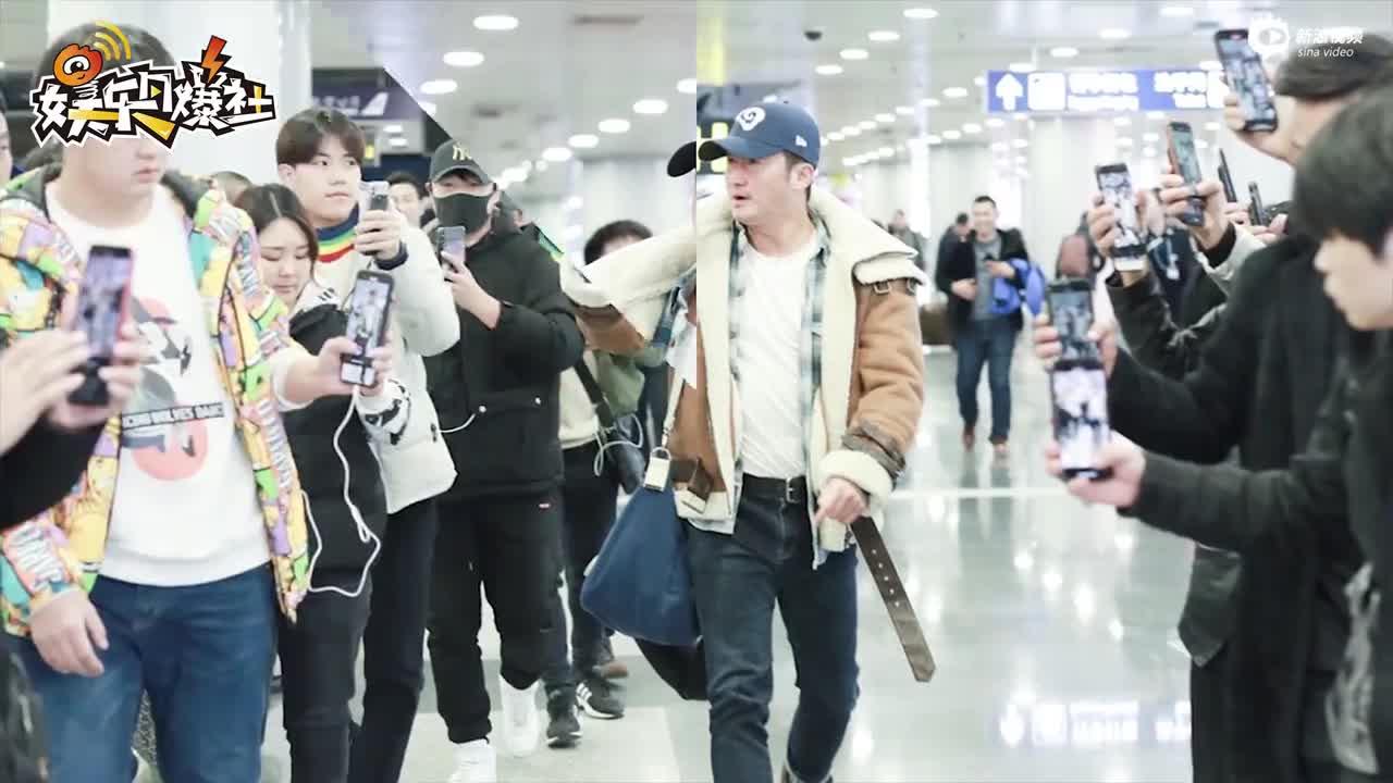 视频:吴京机场怒斥直播者撞到行人 表情超凶但仍被怼脸拍摄