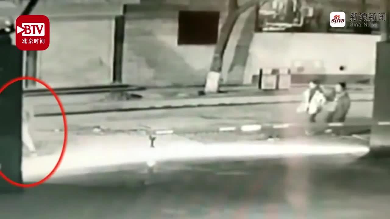 视频:变态男当街对女生脱裤裸露 女生吓得狂奔逃走