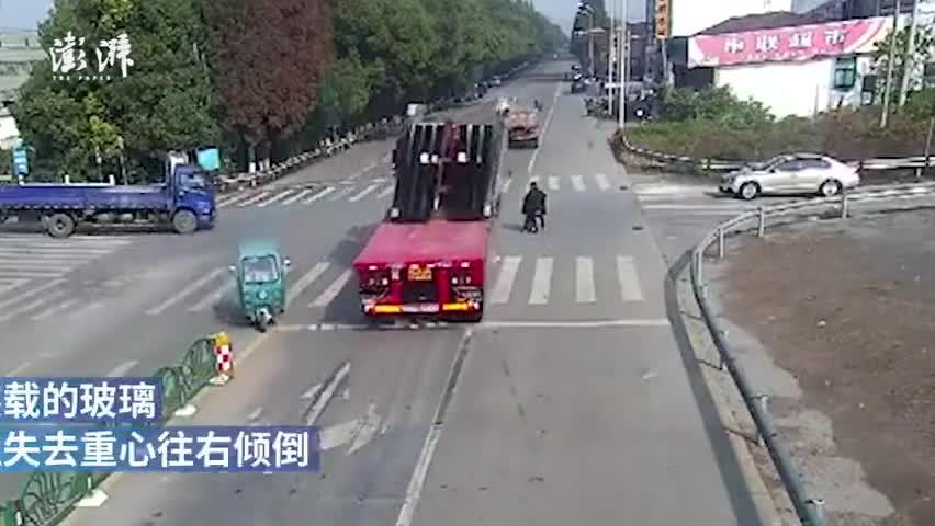 监控视频:满载玻璃的大货车突然倾斜 半车玻璃砸向