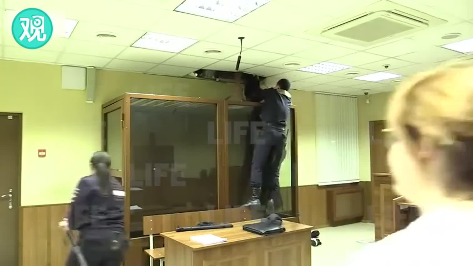 视频:俄嫌犯在警察眼皮底下越狱 钻出隔离室顶开天