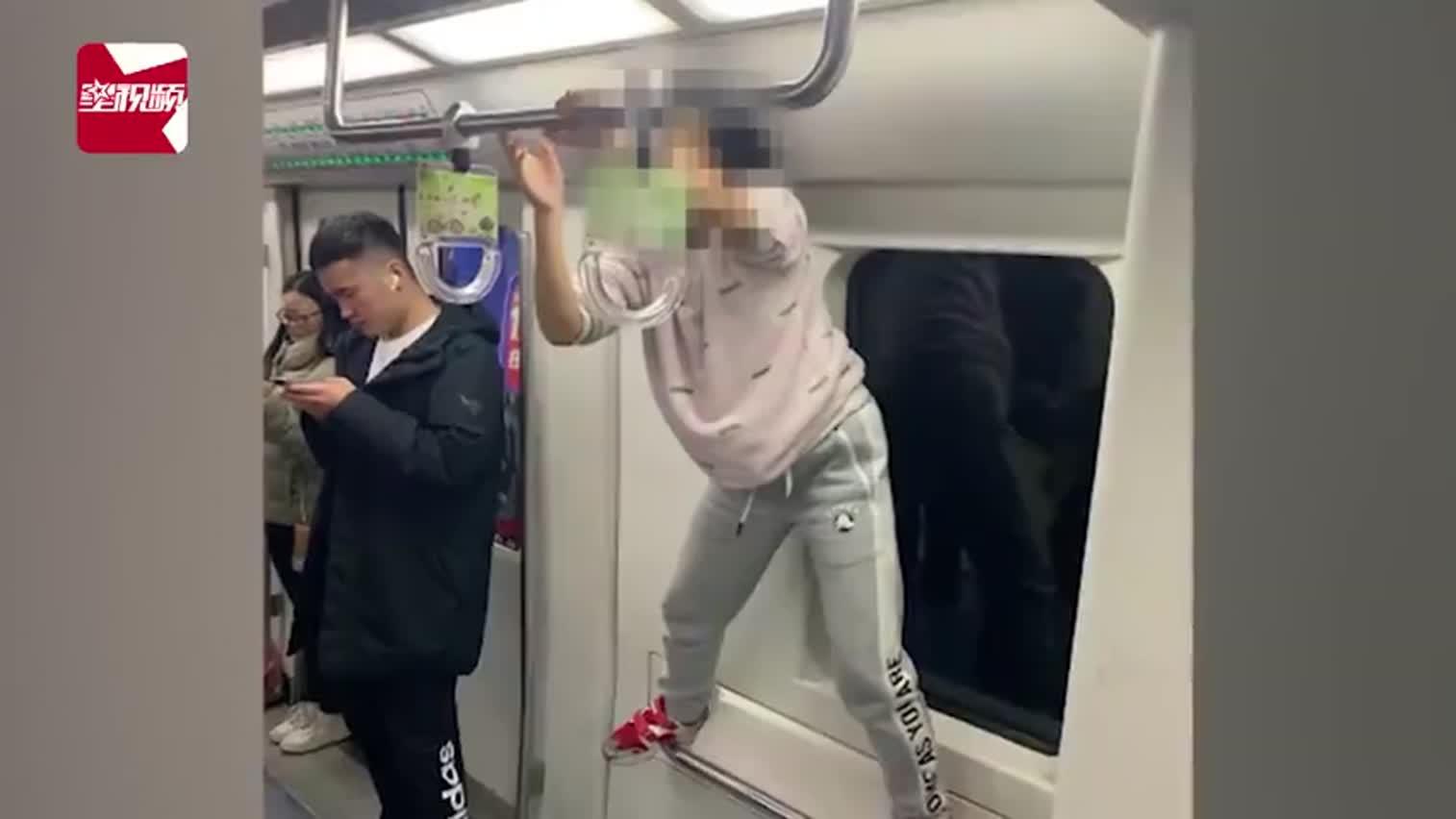 """视频-女子北京地铁内学""""泰山""""式健身:脚站扶手、"""