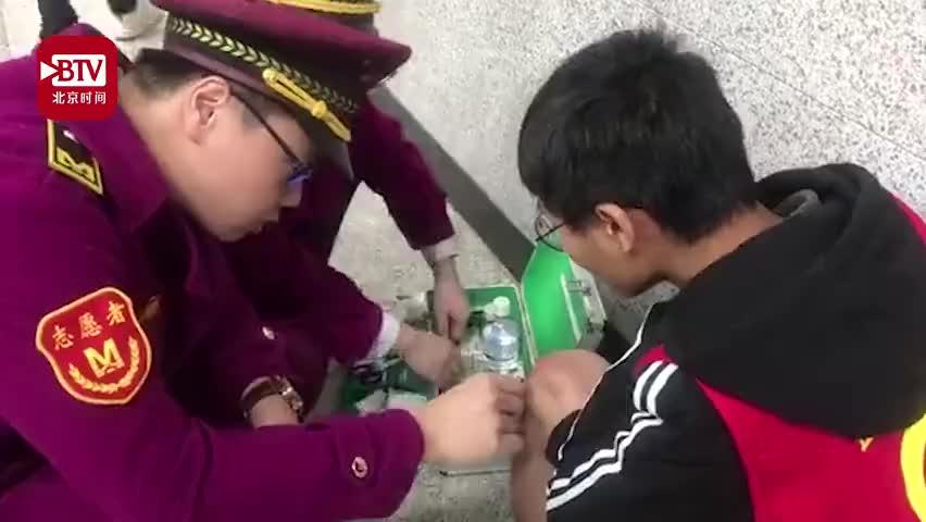 视频-大学生地铁站连滚带爬救人 获奖学金5980