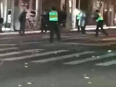 上海一男子街头持刀砍人 警察连开7枪将其制服