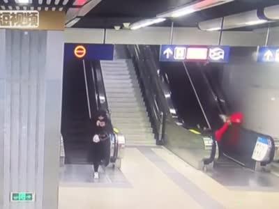 暖心!武汉地铁乘客电梯上摔倒 2名陌生人极速营救