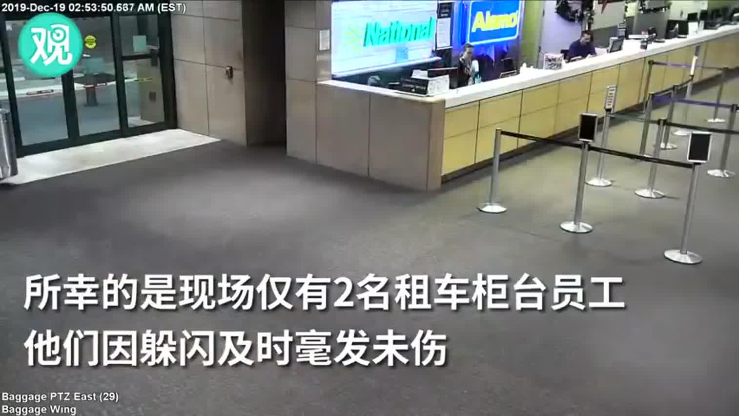 视频-皮卡破墙撞入佛州一机场 现场碎片横飞