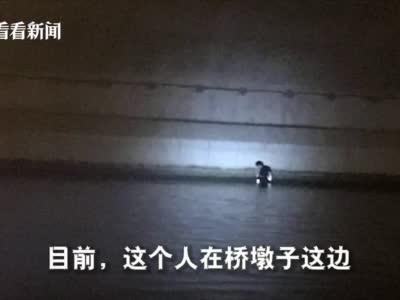 男子倚靠桥栏玩手机不慎落水 警方出动快艇救援