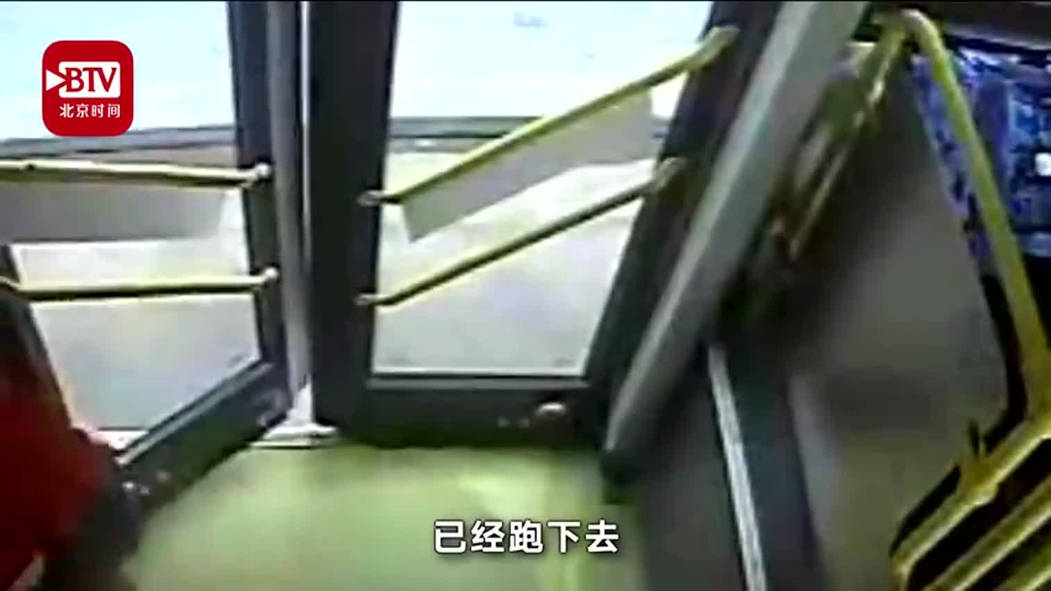 """视频-""""车上有贼!"""" 4名中学生公交车上擒贼"""