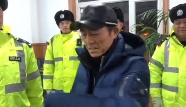 视频|黑龙江交警护送大雪滞留游客 张艺谋也在其中