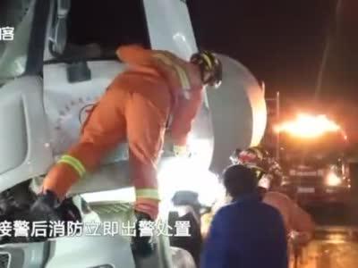 安徽一司机被困,消防救援时市民口出金句:需不需要叫蓝天救援队