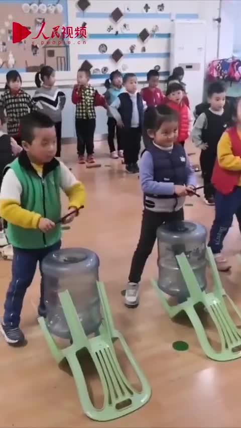 视频-幼儿园小朋友用矿泉水桶当鼓