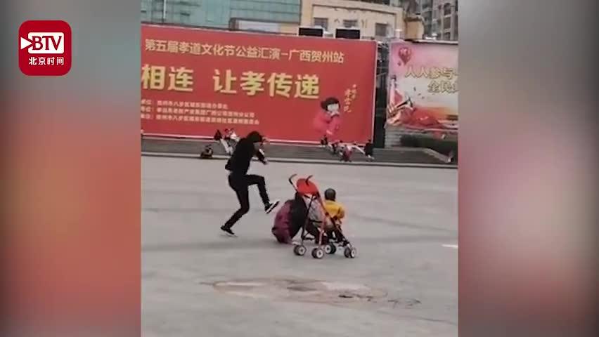 视频-男子当街猛踹女子背部 警方:双方朋友关系