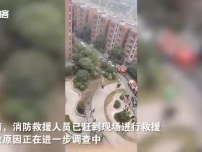 安徽一住户家中疑似发生燃气爆炸 居民光脚逃生 头发和衣物被烧焦