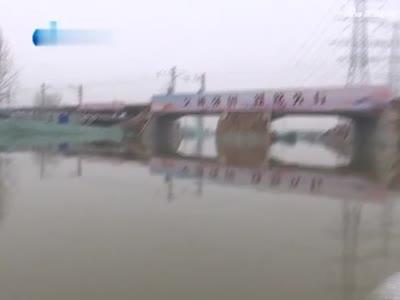 大雪天,7辆车被淹,多人被困车顶急求救
