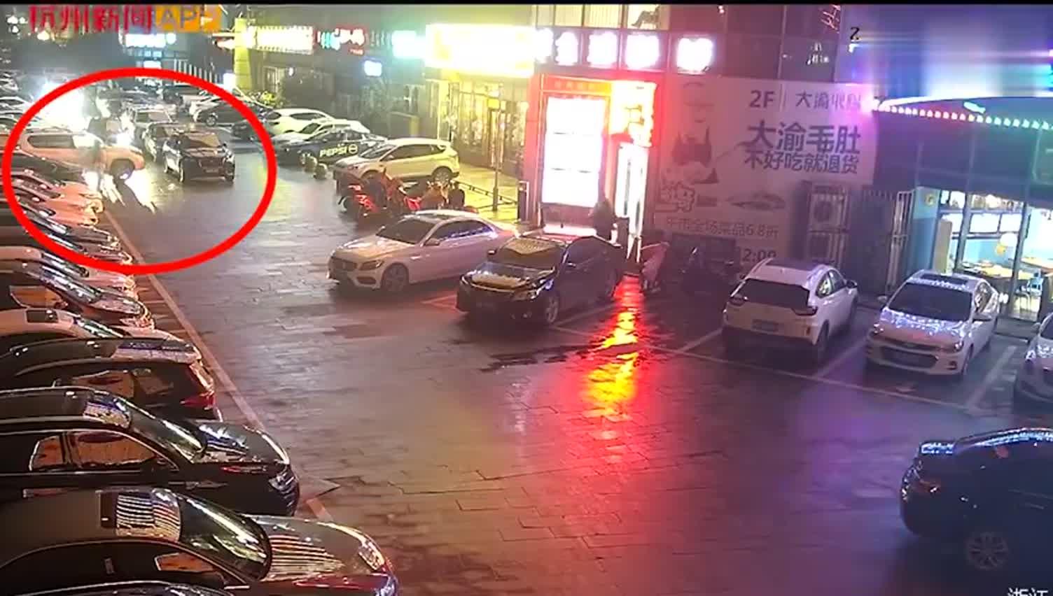 视频-杭州女司机对着违停捷豹连撞11下开路 或面
