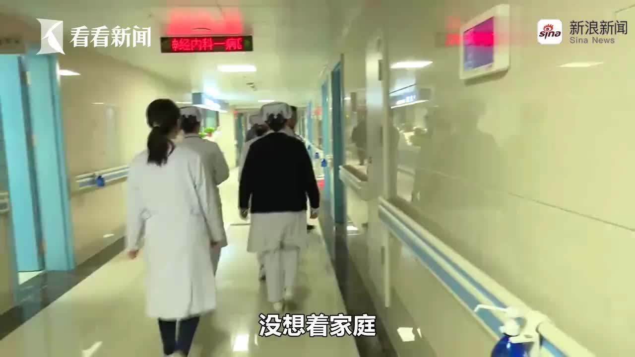 视频-被医护人员感动 90岁老人手拿放大镜写感谢