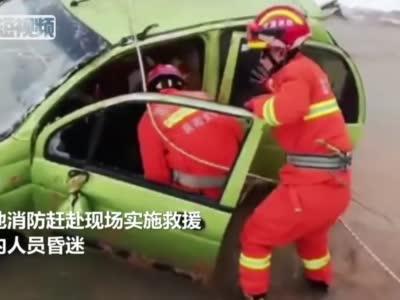 雪天轿车滑入河道 甘肃消防紧急救援被困人员