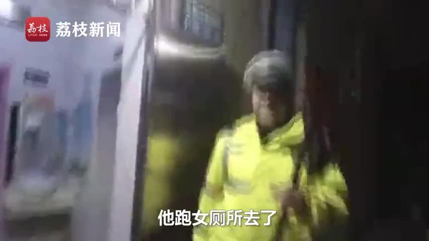 视频-酒驾男遇交警躲进女厕所 车钥匙扔垃圾桶:我