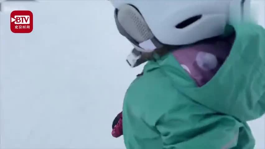 """视频 1岁宝宝玩滑雪装备齐全 """"风驰电掣""""惊呆爸"""
