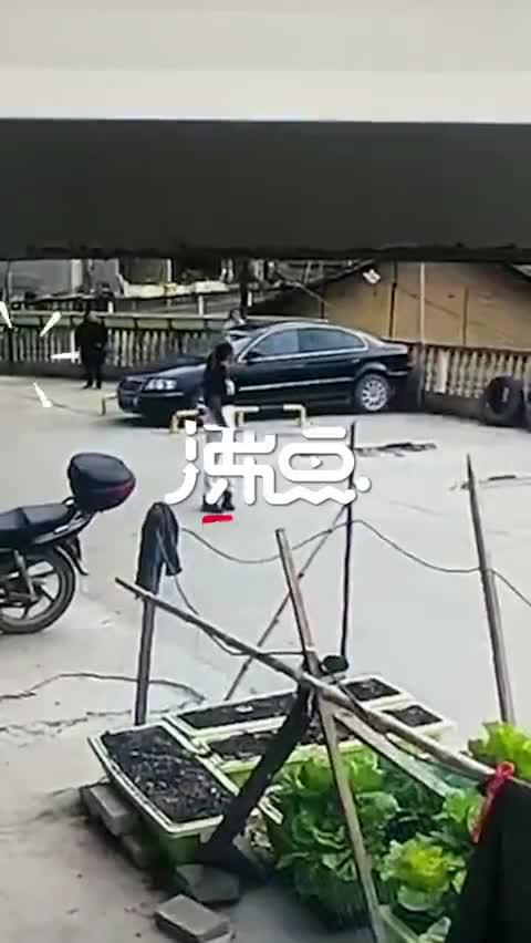 视频-男子停车操作不当 油门当刹车跌落三层楼底