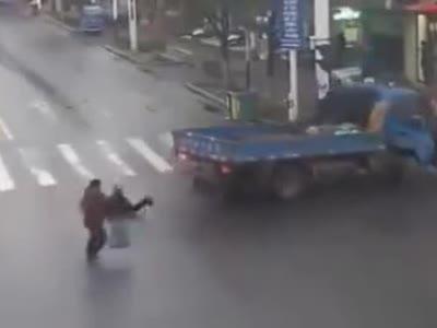 安徽芜湖,三个老人组团闯红灯,还不走斑马线,其中两人被货车撞
