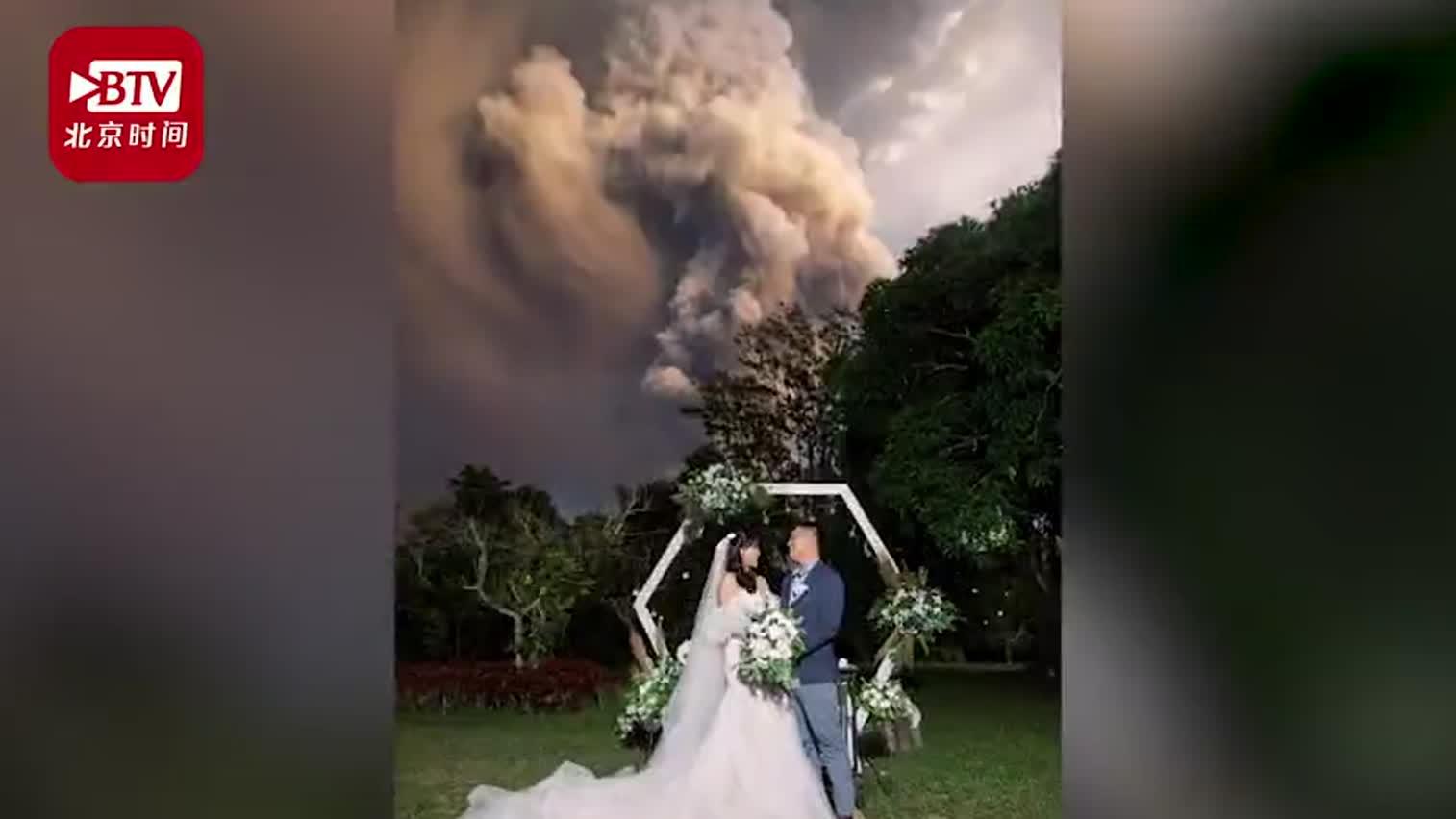 视频-实拍菲律宾火山喷发下的震撼婚礼 新人在冲天
