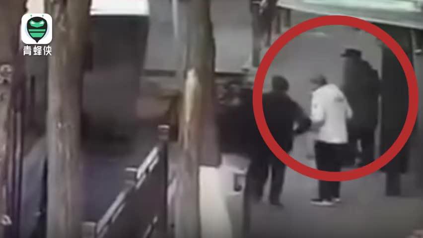 视频-西宁路面塌陷少年救人坠入坑中
