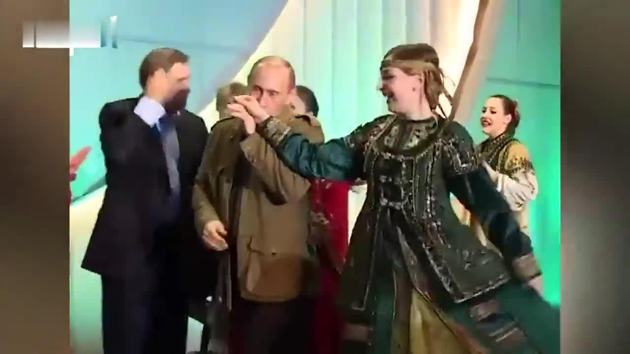 视频-普京早年珍贵视频公开:与小布什表演俄传统舞