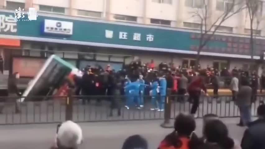 视频-西宁再通报公交车陷洞事件:已致6人遇难