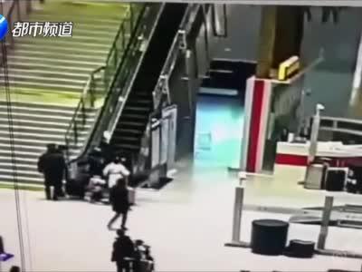 这个视频刷屏了!他奋力一扑,救下滚落电梯的乘客