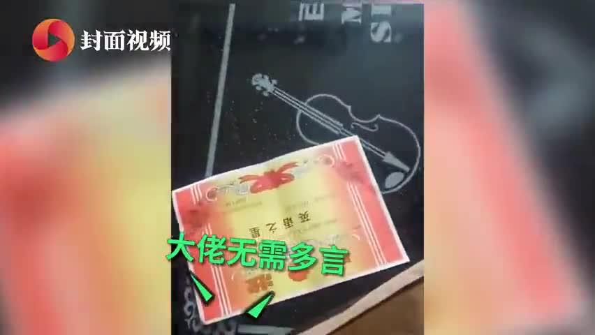 视频-男孩考100分走出六亲不认步伐 爸爸:考多