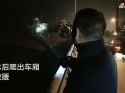 黄河大桥凌晨发生两起车祸 女司机驾货车冲破护栏坠入河内