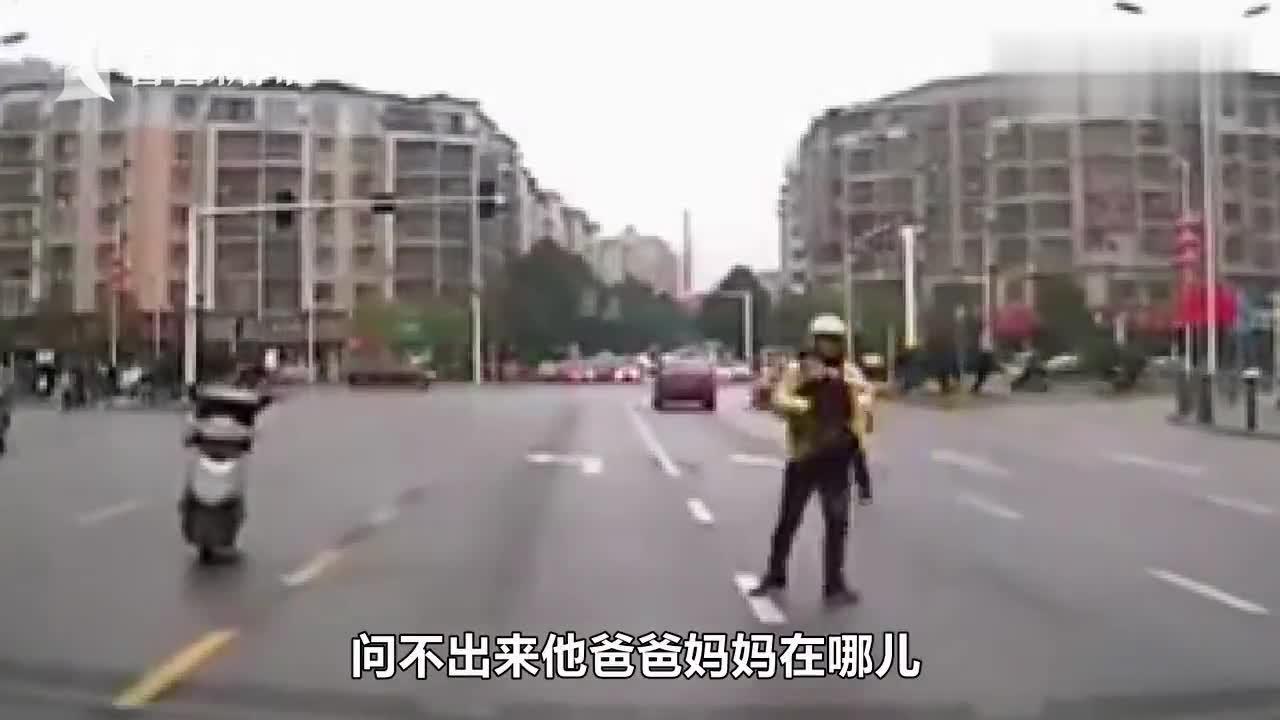 视频-孩子独自一人站在马路中间 外卖小哥一把抱起