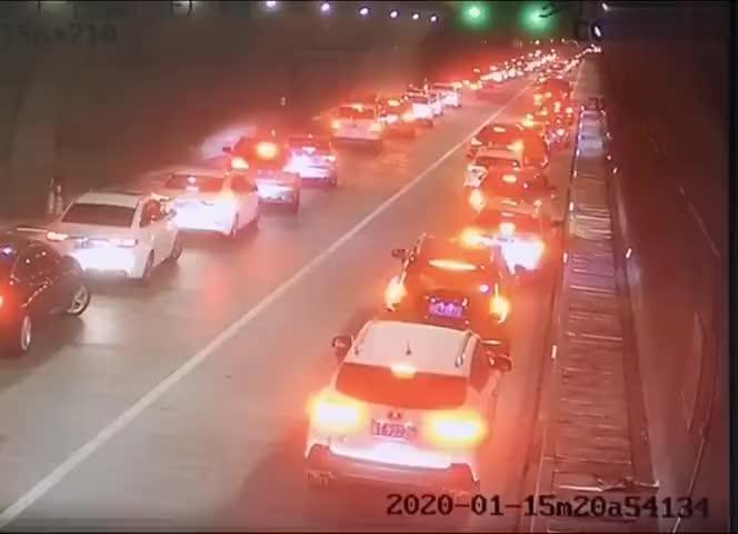 视频-高速隧道内 私家车教科书式让行消防车