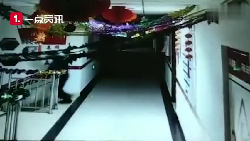 视频-新疆喀什伽师县5.4级地震 消防员飞奔跑下