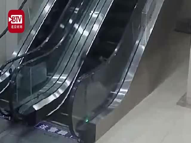 视频-惊险!7旬老人乘扶梯摔倒翻滚4圈