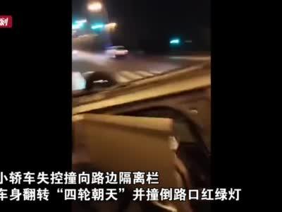 """开车操作不当 金山一轿车失控""""四轮朝天""""撞倒红绿灯"""